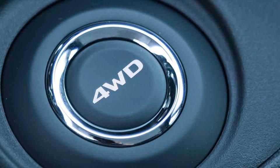 Tração 4x4 com sistema eletrônico para acionamento. Com o clique em um botão é possível optar entre os 3 modos de operação: <br> • 2WD: para uso urbano com mais conforto e economia de combustível; <br> • 4WD: para um uso mais esportivo em pistas sinuosas; <br> • 4WD Lock: para maior segurança em pisos com pouca aderência.