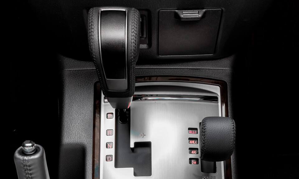 Transmissão automática de 5 velocidades com Sport Mode. Monitora o estilo de dirigir do motorista e as condições de condução do veículo para uma troca de marchas inteligente e precisa.